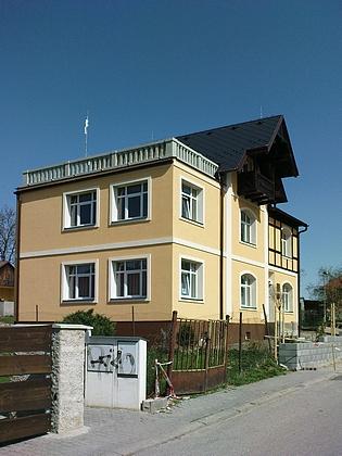 ... a dnes (2011), zrekonstruované sídlo dobrovodského Obecního úřadu - k přestavbě a zvýšení o jedno podlaží došlo pravděpodobně v letech 1926-28