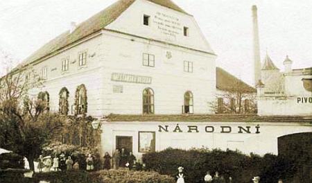 """Tzv. restaurace """"Národ"""" v Soběslavi na místě někdejší """"Rožmberské školy"""", kde ovšem působili zejména němečtí učitelé - snímek pochází z roku 1900"""