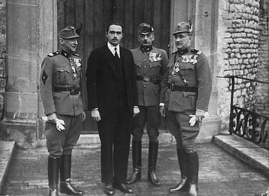 Stojí tu zcela vpravo na snímku z roku 1935, kdy se Otto Habsburský sešel s představiteli rakouské pravicové milice Heimatschutz
