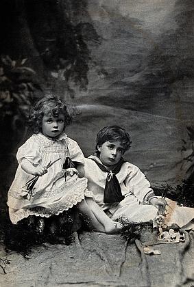Snímek Alice Hughesové z dubna roku 1898 zachycuje ho s mladším bratrem Charlesem