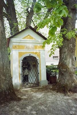 Pamětní deska jednoho z jeho synů, padlého za druhé světové války v Rusku, je umístěná na kapli sv. Jana Nepomuckého u zámku v Helfenbergu