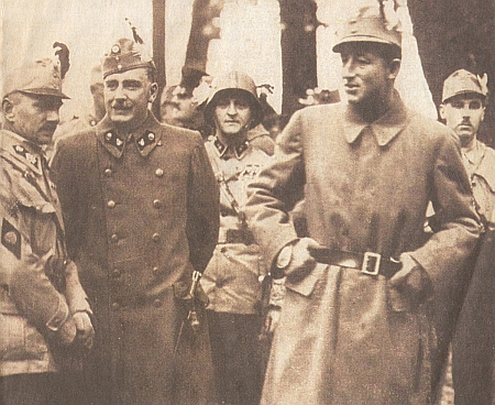"""S knížetem Starhembergem jako meziválečný velitel regimentu č. 1 rakouské domobrany (Heimwehr) stojí tu hrabě Peter Revertera druhý zleva s """"lodičkou"""" na hlavě"""