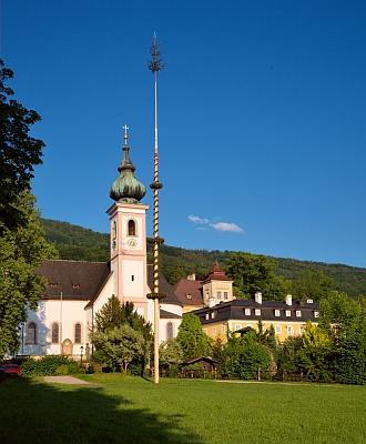 """Zámek v Aigenu, dnes městské části Salzburgu, s přilehlým kostelem """"Aigner Kirche"""" (zvaným tak, stejně jako je tomu i u jména """"Aigen"""", ve významu """"vlastní""""), kde podle mnoha pramenů (ne všech) měli 21. listopadu 1747 svatbu rodiče Wolfganga Amadea Mozarta"""