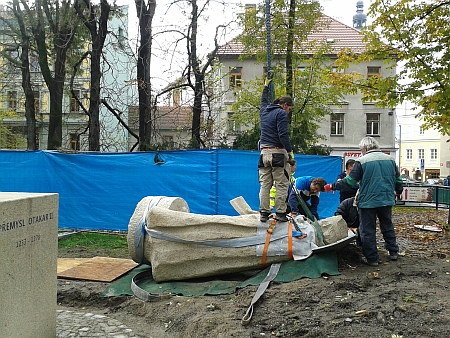 ... v říjnu 2015 byla socha umístěna v parku Na Sadech