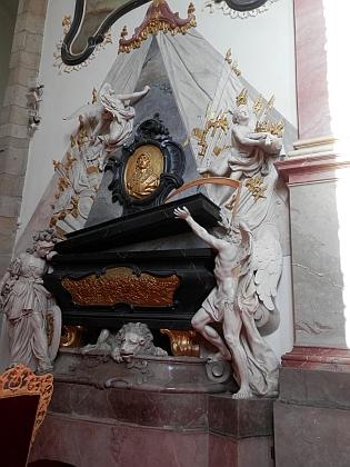 Kenotaf Přemysla Otakara II. ve zlatokorunském klášterním kostele Nanebevzetí Panny Marie vytvořil v letech 1771-1772 na objednávku opata Bylanského sochař Jakub Eberle