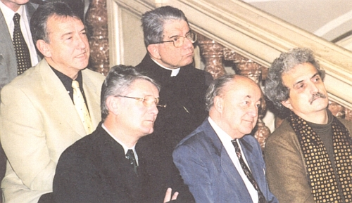 Mezi čestnými hosty vernisáže výstavy Zpátky do Evropy v roce 2000 v pražském Národním muzeu vidíme ipapežského nuncia Coppu a ministra kultury Pavla Dostála