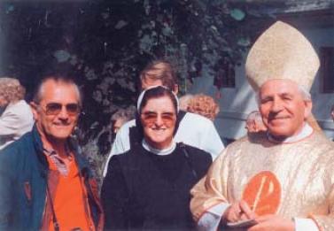 S biskupem Antonínem Liškou a jednou z řádových sester zNeukirchen beim Heiligen Blut (za ní vidím vyčnívat i hlavu mého bratra Václava) vzáří roku 1993 přiznovuvysvěcení kostela v Hamrech