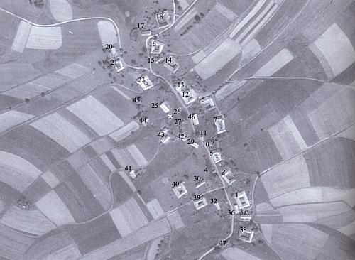 Zaniklá ves Velíška (Wölschko) na leteckých snímcích z let 1949 a 2008 i s popisnými čísly zmizelých stavení