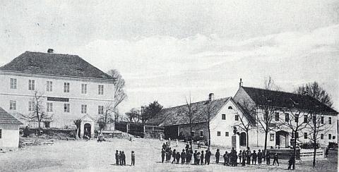 Budova školy v Malontech, kde Anton Holl uvedl už v 18. století v život Kindermannovu školskou reformu