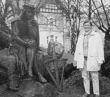 Jeho sestra a spoluautorka jeho knihy Gertrud Kellermannová před obnoveným památníkem minesengra Walthera von der Vogelweida v severočeském Duchcově