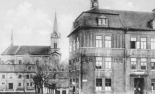 Kostel a škola v rodných Ledvicích