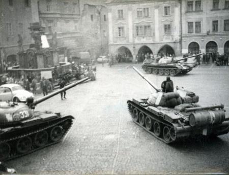 Válka ještě neskončila: ruské tanky na náměstí v Českém Krumlově, píše se srpen roku 1968