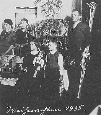 Rodina Richterova o Vánocích roku 1935, kdy mu bylo sedm let