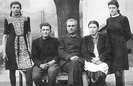 S rodiči a sestrami na snímku z konce ledna roku 1945