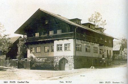 Hostinec Flor v někdejší Pleši na dvou starých pohlednicích...