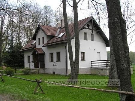 """""""Hostinec na Pleši"""" je jakousi náhradou za někdejší """"Gasthof Flor"""", jde o někdejší hájovnu, jediný dům, který zůstal stát (snímek z roku 2006)"""