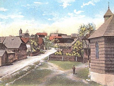 Učila i ve zcela dnes zaniklé Pleši, zde na snímku vepředu s kaplí, krytou šindelem a přemístěnou sem už roku 1798 baronem Václavem Kocem z Dobrše od zrušené sklárny Mossburgerská Huť (Moßburger Hütte, zvaná iWalddorfer Hütte)