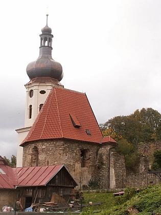 Náves v Šitboři a postupně opravovaný kostel sv. Mikuláše