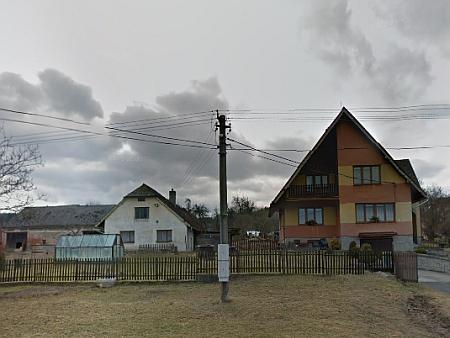 Google Street View zachytil domy čp. 42 a 43 v únoru 2012 - rodný dům vlevo si víceméně zachoval původní podobu