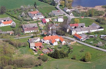 Svébohy - letecký pohled na náves s tvrzí a dvorem od jihu (2008)