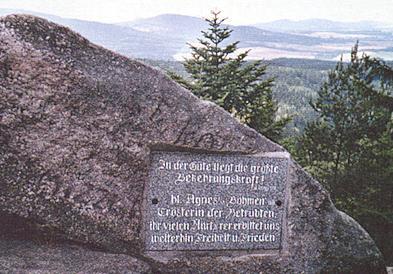 Pamětní deska svaté Anežce České na vrcholu Mandelsteinu