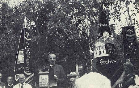 Na Mandelsteinu v srpnu 1983 hovoří ke krajanům hrabě Ferdinand von Buquoy