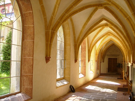 Křížová chodba a rajský dvůr budějovického kláštera nasnímcích z roku 2012