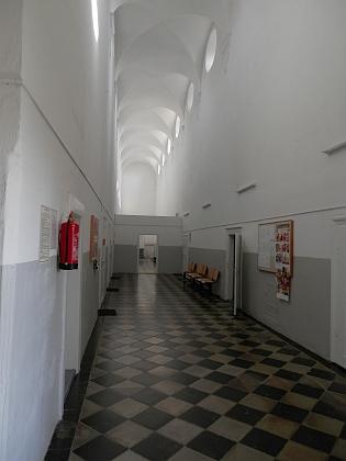Dnešní stav jedné z chodeb bývalého kláštera - budova slouží školním účelům
