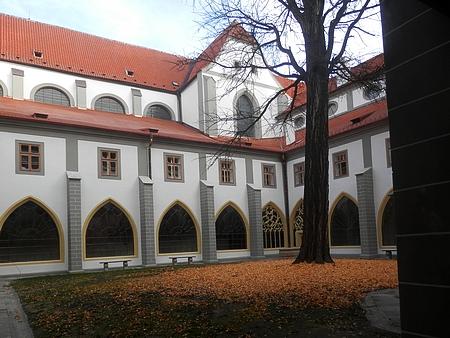 Pohled z Bílé věže do rajského dvora dominikánského kláštera