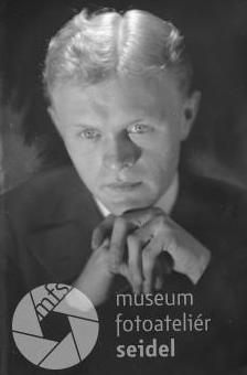Jeho otec (1909-1984) na dvou Seidelových snímcích, datovaných 24. září 1931