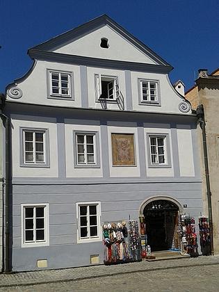 V tomto domě v Českém Krumlově v Široké ulici č. 75 žil Rilkeho strýc, a tak zde básník při svých návštěvách pobýval