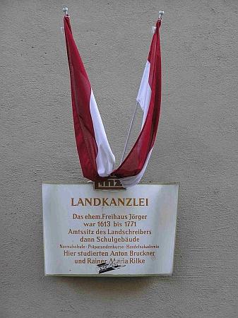 """Pamětní deska na budově """"zemské kanceláře"""" v Linci, někdejšího úředního sídla zemského písaře, později budovy  školy, na které studovali Anton Bruckner i Rainer Maria Rilke"""