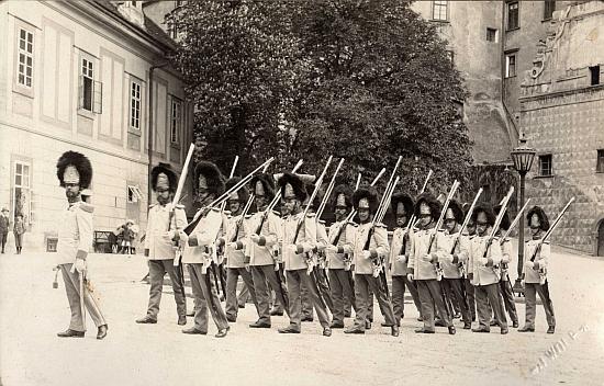 Schwarzenberská granátnická garda na snímcích českokrumlovského fotografa Josefa Wolfa také z roku 1900