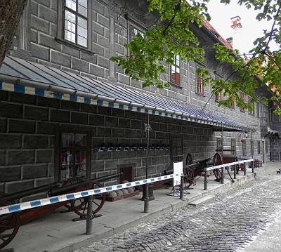 Houfnice a dělové koule jsou za branou českokrumlovského zámku dodnes