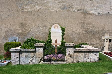 Celkový pohled a detail jeho hrobu v Raronu
