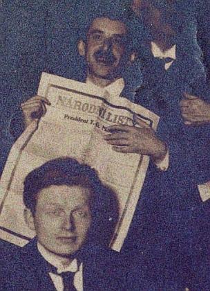 Unikátní Rilkeho snímek z roku 1918, s výtiskem českých Národních listů oznamujících zvolení T. G. Masaryka prezidentem