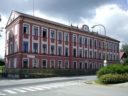 """Bývalá školní budova již dlouhá léta slouží pro tovární účely, byť stále """"pro dřevoprůmysl"""""""