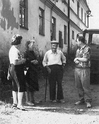 """André a jeho němečtí přátelé, rodina Tischlerova, před devastovaným domem zvaným """"Maschkohof"""" v Horní Vltavici roku 1992"""