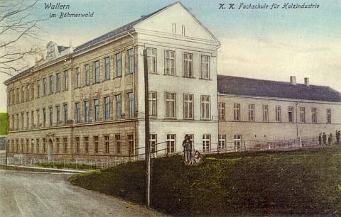 """Pohlednice ještě z dob starého mocnářství zachycuje c.k. odbornou školu """"pro dřevoprůmysl"""" ve Volarech, kterou Franz Häusl kvůli druhé světové válce a odsunu nedokončil"""