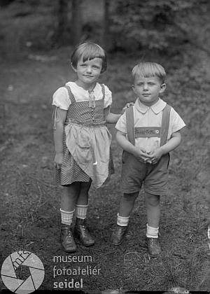 Budoucí manželka Paula Rodena Gertrud, roz. Keuschová, s maminkou na Seidelově snímku z dubna roku 1926     a s bratrem Karlem na snímku z června 1929, pořízeném v Knížecích Pláních