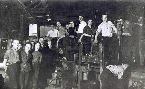 Skláři u tavicí pece v Josefodole na snímku z doby kolem roku 1910