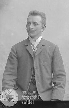Jeho otec Heinrich Rodinger na Seidelově snímku, datovaném 31. srpna 1902, tedy ještě rok před svatbou
