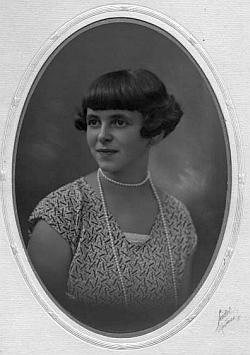 Jeho sestra Mizzi na Seidelově snímku, datovaném 17. srpna 1928, kdy jí by 16 let