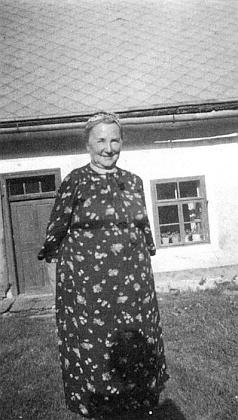 Jeho maminka na dvoře před domem čp. 2 v Josefodole, kde pobýval Johannes Urzidil, který i snímek pořídil
