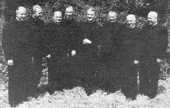 Mezi kněžími z diecéze Münster, které v roce 1938 povolal z Vestfálska po odchodu českých duchovních do Kašperských Hor děkan Spannbauer, stojí Hugo Rogmans čtvrtý zprava