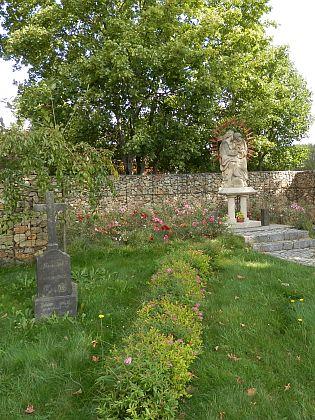 Pietně upravené místo, kde v Kunžvartě (Kuschwarda) stával kostel a hřbitov