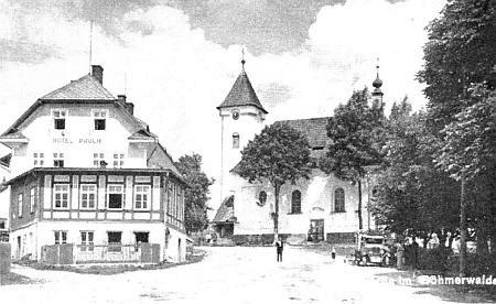 Snímek kunžvartského kostela svaté Anny kdysi a těsně před odstřelem v poválečném Strážném