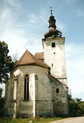 Kostel v Cetvinách před obnovou na snímku z roku 1991 a na Roissově snímku ze zimy 2019