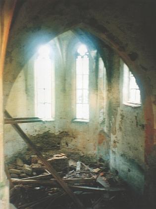 Interiér kostela na snímcích z let 1993 a 2003