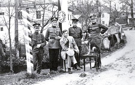 Českoslovenští a rakouští celníci v Cetvinách na přechodu do Hammern roku1927